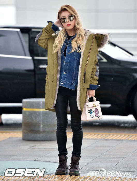 單寧外套混搭軍綠色連帽外套 黑色緊身褲+軍靴 可愛的小包包也是一個亮點~ 就算整身走一個酷酷風提起來也不奇怪