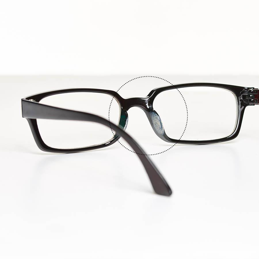 戴眼鏡的女生都會有一個共感:鏡框經常會被染上粉底液,而且臉上也會留下印痕。