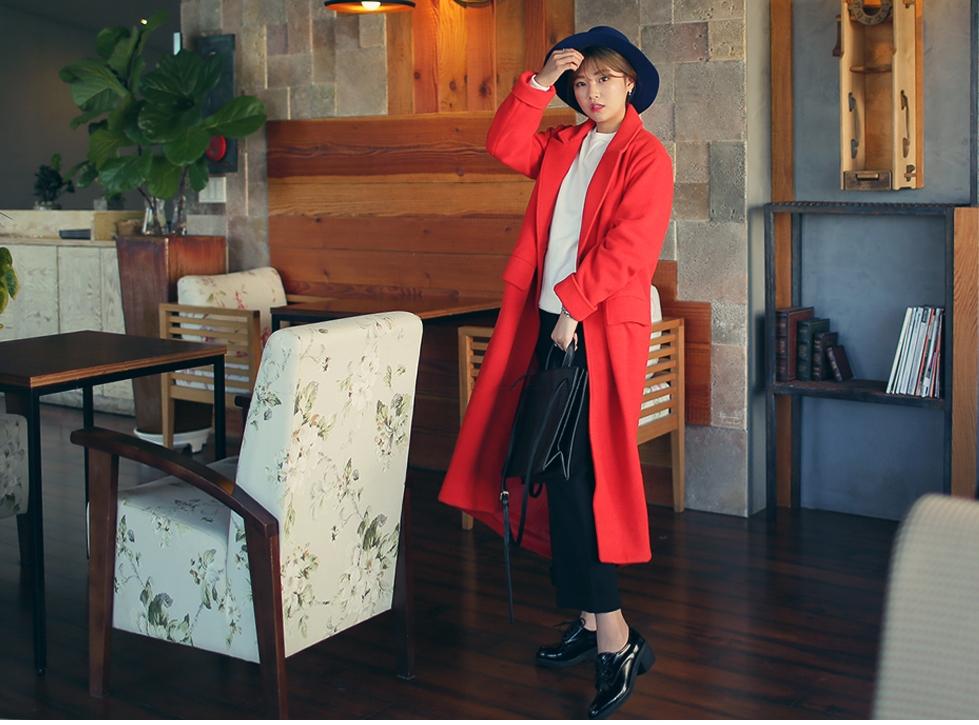 超有氣勢的紅色長版大衣,顏色就以黑&白搭配就對了!可以加上帽子與時髦的配件轉移注意力,整體看起來就不會太有衝擊性。
