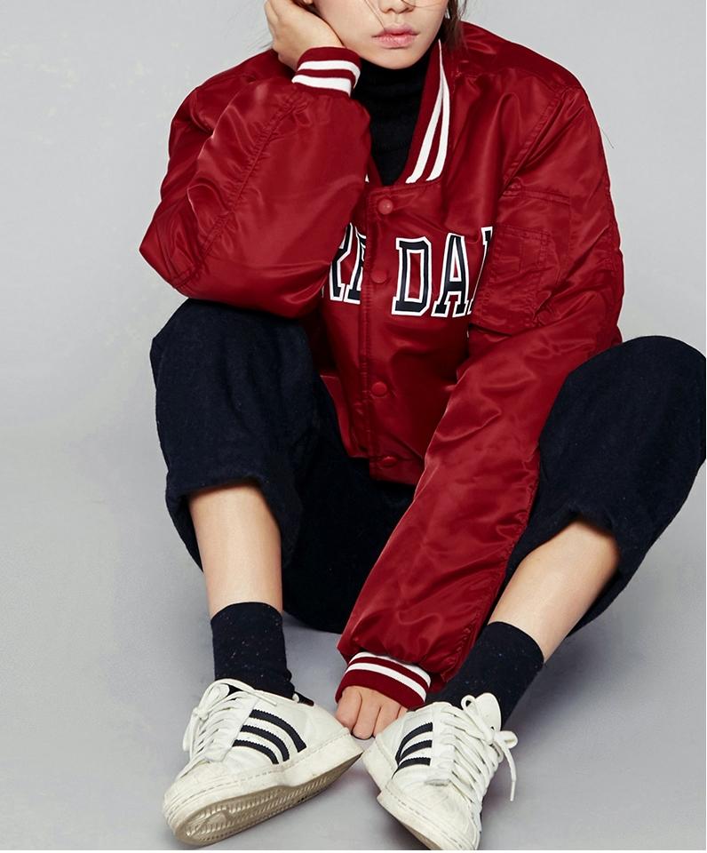 如果你是個性女孩那麼絕不能錯過oversize的棒球外套!不是只有黑能帥氣,紅色運動風才是真正時髦呢。