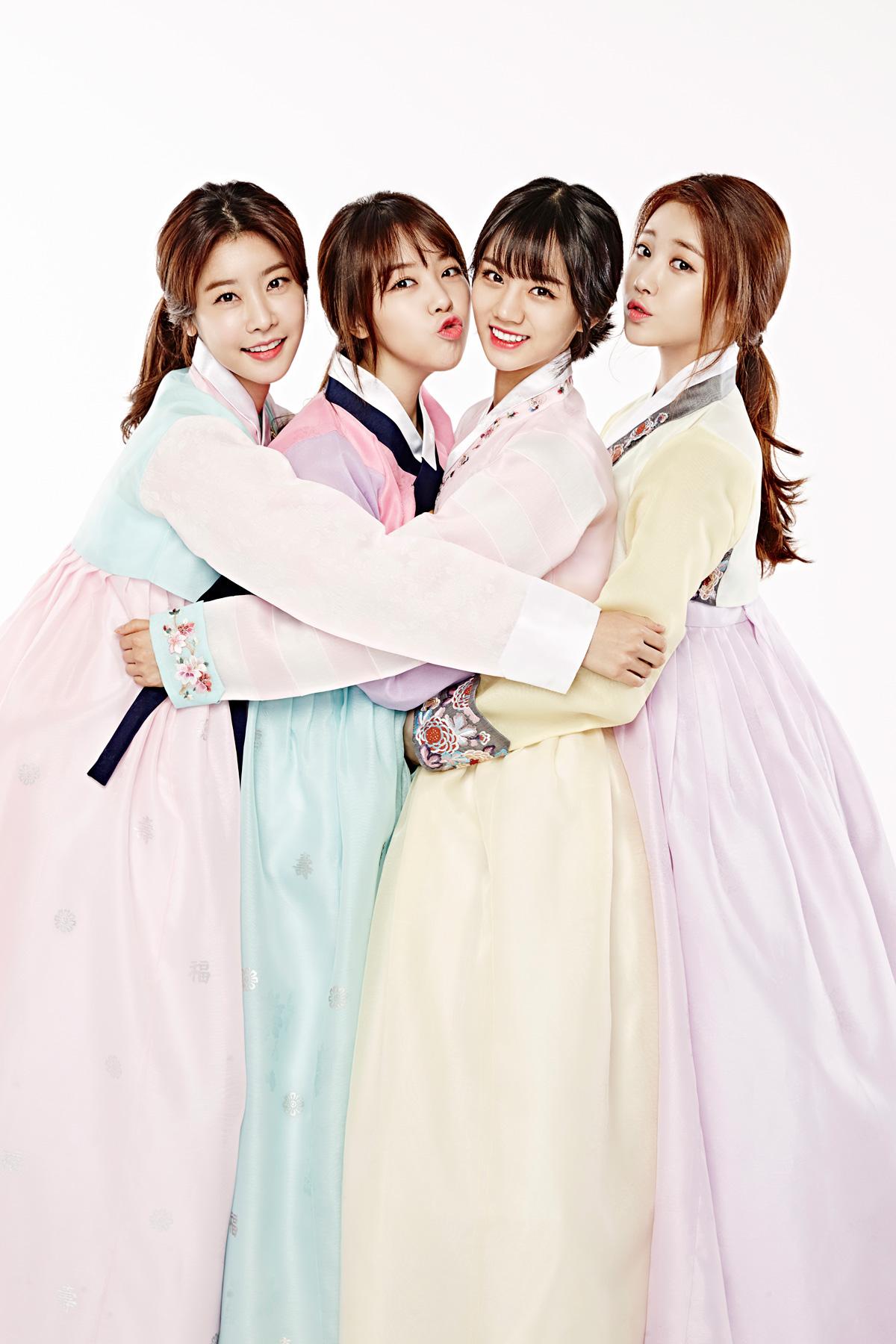 果然每年過年就是要快GIRL'S DAY 每年都會換上韓服問候 果然誠意滿滿啊 MINAH 連拍韓服照都要搞怪~CUTE!