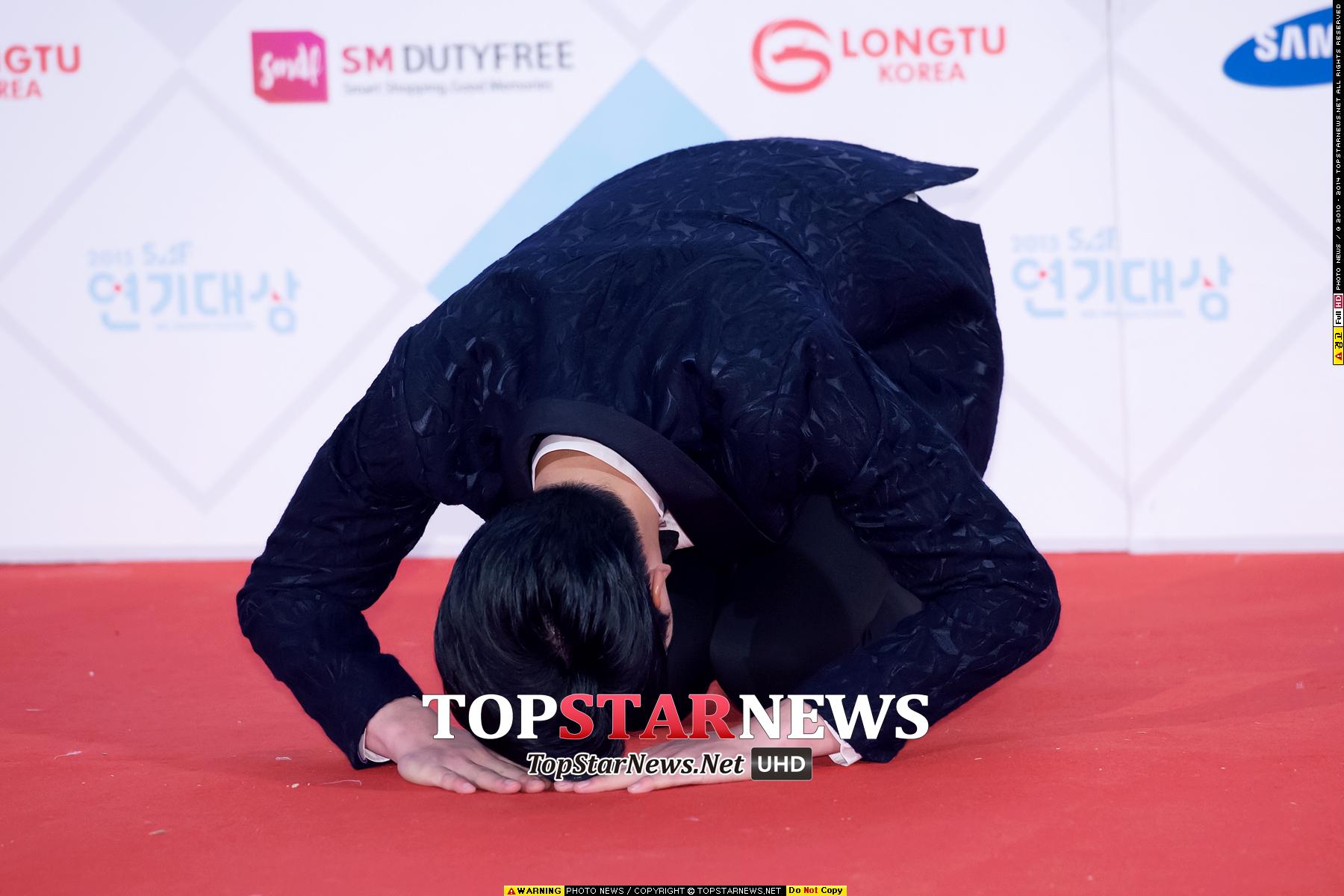 穿著西裝也還是要來個傳統韓式的問候啊 最後也趁這張圖 感謝大家2015年一整年對PIKICAST的支持 大家也新年快樂 也期待和大家一起迎接每一天的到來喔! 새해 복 많~~~~~이 받으세요!  m(_ _)m