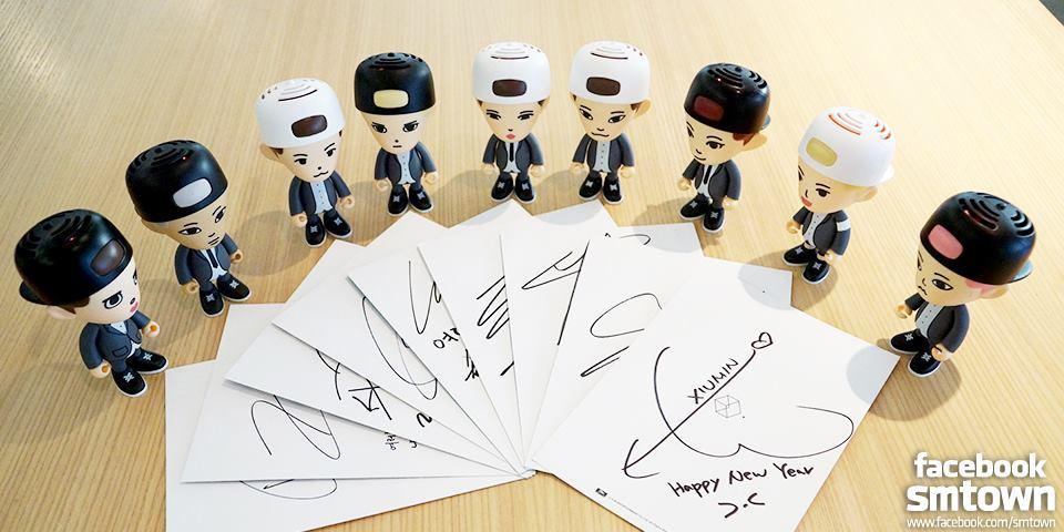 EXO則用公仔代替成員,還附上大家的簽名 寫著「HAPPY NEW YEAR」