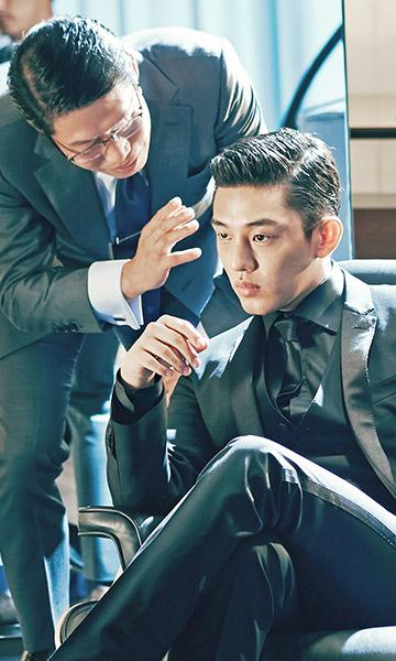 10. 劉亞仁 樂壇今年叫「BIGBANG年」、電視劇的話可能會想到黃靜茵 那麼電影界絕對叫「劉亞仁年」,演出電影「辣手警探」中的富公子第三代 壞到骨子裡的他,到了電影《思悼》裡卻又搖身一變成為渴望愛的太子 主演正在播映中的《六龍御天》也是穩居收視前排,絕對是今年的當紅炸子G