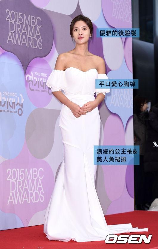 最後,黃正音則為30代的代表 大露鎖骨及肩線的平口白色緞面禮服,整體造型優雅, 公主袖和美人魚裙擺的設計則帶有點浪漫的感覺~