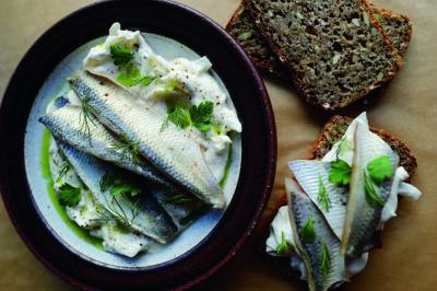 7. 德國 德國人認為對味蕾的刺激可以幫助緩解宿醉的不適。他們選擇的酸味醒酒菜是香料醋漬鯡魚。這道菜的做法是向一塊腌制的鯡魚卷中填一些可口菜料,通常是腌菜或者洋蔥。