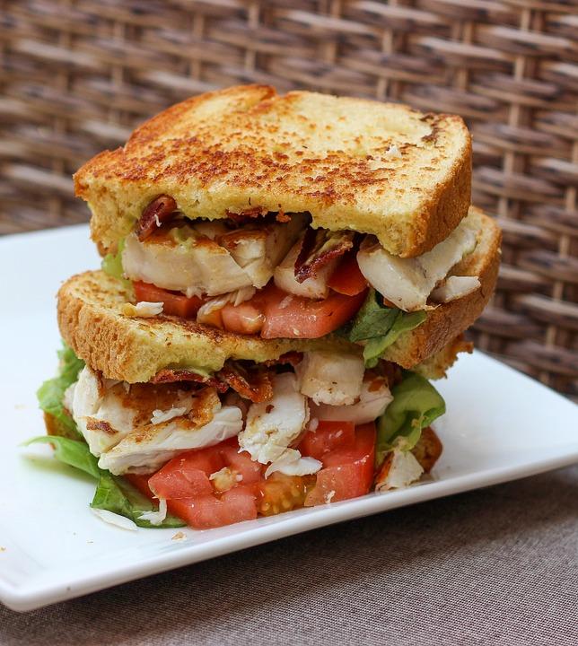 9. 英格蘭 一套正宗的英式早餐(包括香腸、培根、雞蛋、番茄、蘑菇、吐司和煎豆),麵包中的碳水化合物和培根中的蛋白質可以給身體提供所需氨基酸並提高代謝水平。