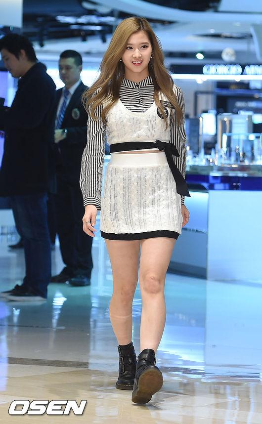 #3.TWICE_SANA 不只有Lovelyz的Kei 暴衝上榜,也是散發滿滿可愛氣息的TWICE的SANA 帶點日本腔的可愛韓文,還有臉上溫暖的微笑也讓SANA成為最近韓國男生心目中的新晉女神