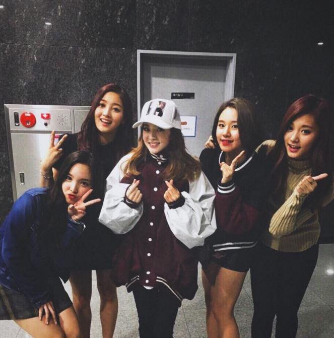 不愧是YG的女神啊( ♥д♥)就算和最近人氣超旺的TWICE妹妹們站一起,完全感受不到年紀差異!