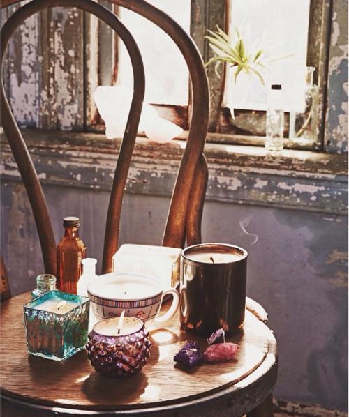 ◎ 家裡一定要充滿香氣!建議帶有玫瑰香味或桃子香氣的香氛最適合。如果實在不習慣這間香噴噴的,至少每天會使用的衣櫥內要有點香氣才OK!