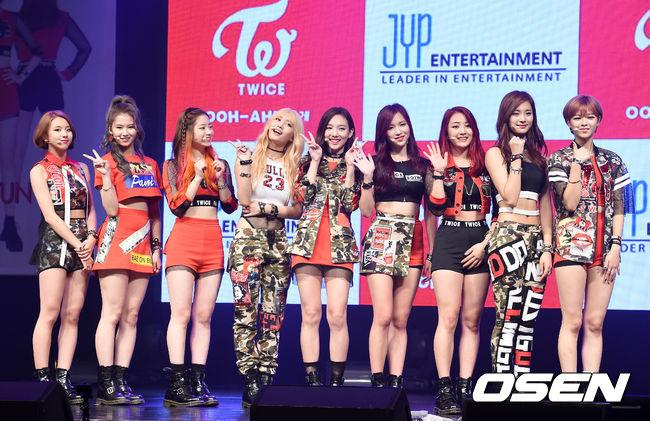 ◆ TWICE  TWICE 是由 JYP 娛樂旗下在去年推出的女子團體。