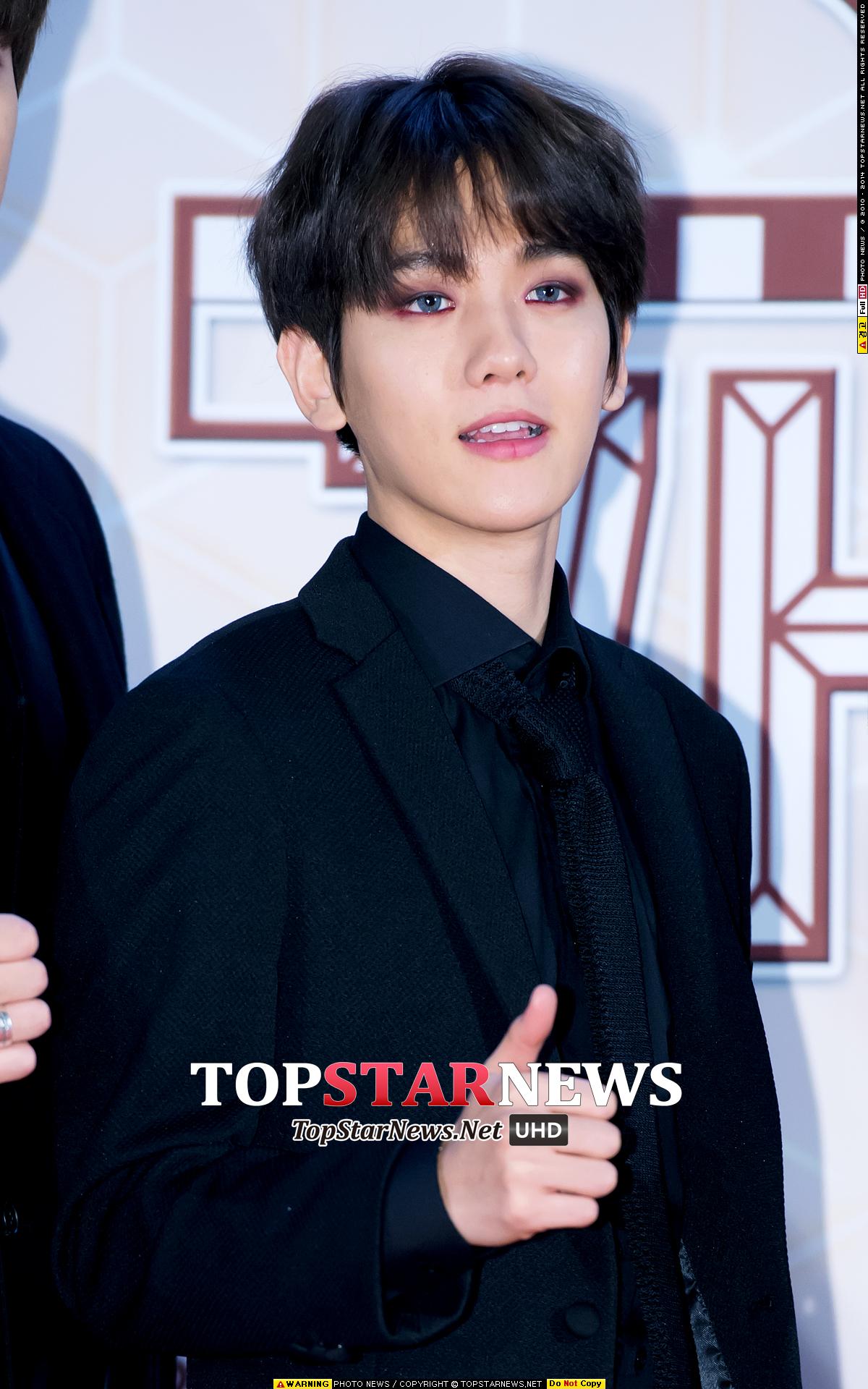 在上月末的KBS歌謠大慶典紅毯上EXO全員黑色西裝上身,完美演繹小編心中的「黑馬王子 」♥ 雖然每位成員都帥氣爆表,但小編還是一眼就被伯賢的紫色煙熏妝吸引住了~~~