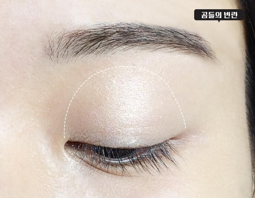 然後再用4色眼影盤的亮白色眼影在上眼皮大面積打底