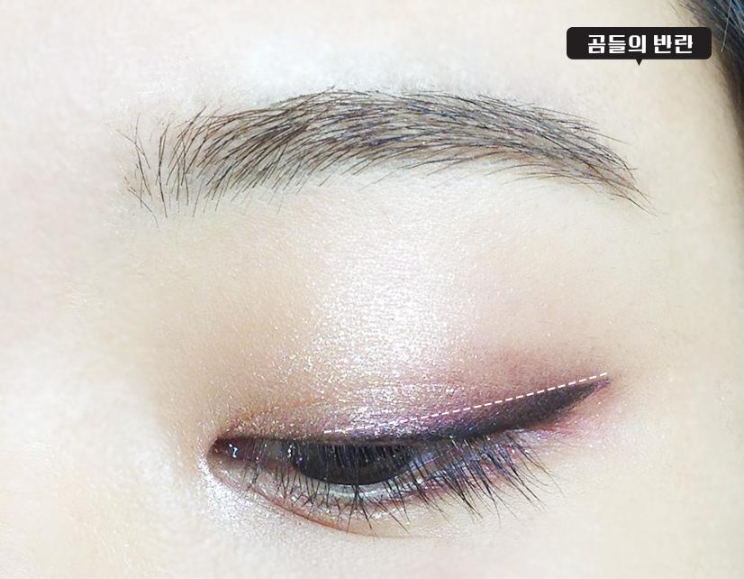 用藍紫色眼影沿著眼線上方暈染一下, 輕輕地蓋住黑色眼線,千萬不要有明顯的界限出來。