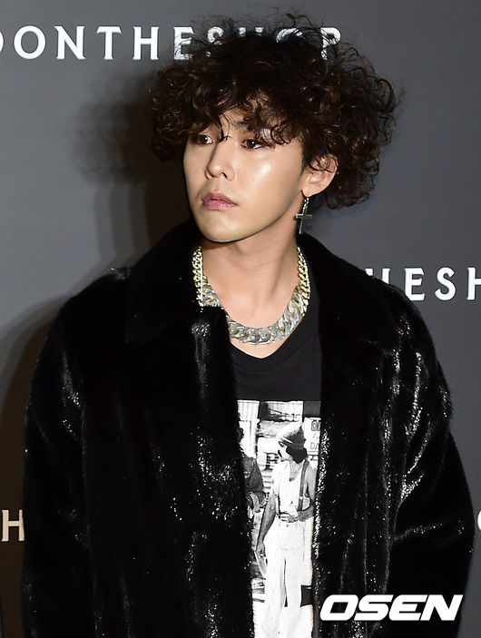 G-Dragon 當你覺得煙燻妝只適合女生那就太不把我們GD放眼裡了!wuli GD有著自己的時尚觀,雖然有些造型有些怪異,但最終是引領時尚的King。GD的煙燻妝擅長的是煙燻效果,即眼影的使用和搭配。黑色和大地色系的交融是其眼妝的一個特色,眼尾部分一定要有深棕色或黑色眼影的夠了,比起粗眼線更有自然的漸層效果,且能讓眼睛看起來更大。下眼瞼也是一個重點,除了有眼線的勾勒,眼影的疊加也非常重要。