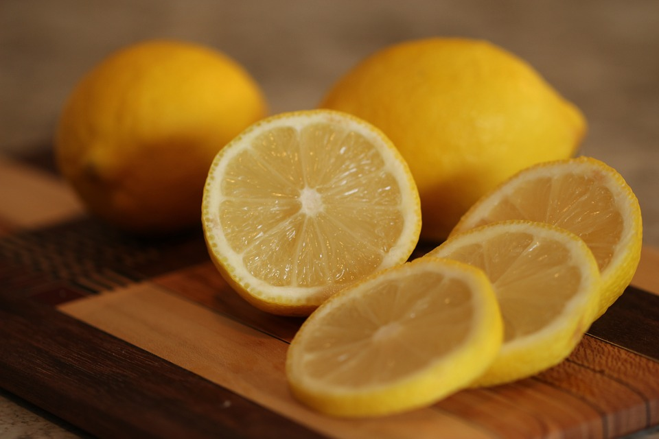 檸檬切成細片,放進熱水裡泡一會兒,檸檬中富含的維他命成分可以讓皮膚充滿彈力。