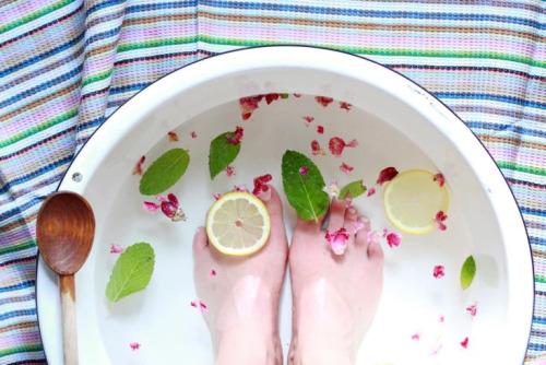 家裡沒有浴缸也沒關係~找一個大盆子,放進前面介紹的食材, 加入溫水,水深最好到小腿肚,每天泡20分鐘左右也很有效果喔:-O