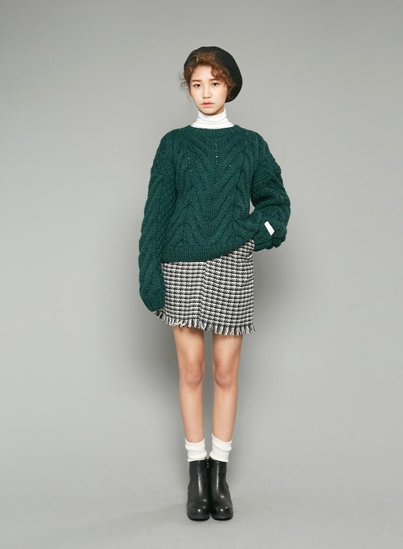 《體型2‧小個子》 個子不高的女生則要選擇麻花編織紋的針織衫。因為縱向的紋路能在視覺上營造出修長的效果,彌補小個子的缺點喔♥
