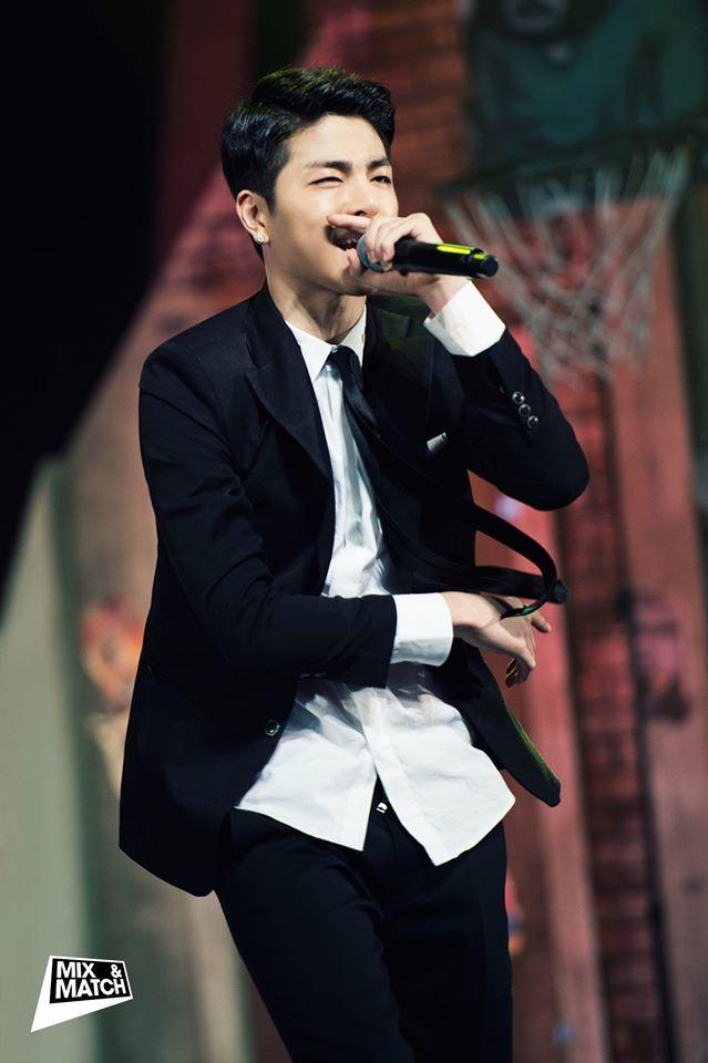 帶有超越年齡(現年18歲)的成熟外表,還有高挑的身高(說有180公分??)以及迷人的嗓音被網友極讚是潛力股!(但也補充iKON其實每個都滿帥~)