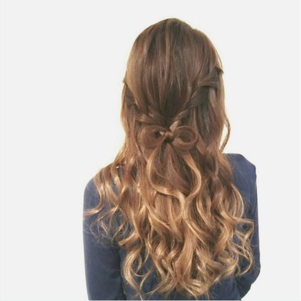"""最近在日本女孩間流行的「蝴蝶結髮型」並不是較早之前由LADY GAGA帶起的風潮。GAGA的蝴蝶結個人覺得很有舞台效果但並不適合""""凡人""""使用!將將~是像這樣像禮物的蝴蝶結一樣可愛又優雅喔♬"""