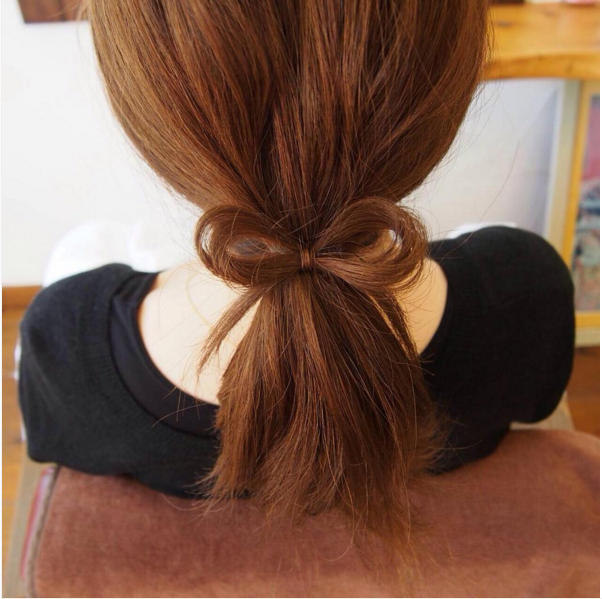 如果是不帶捲度的低馬尾也很適合喔♥其實看起來根本就像蝴蝶結髮飾一樣,大家一定猜想不到是真髮綁成的…