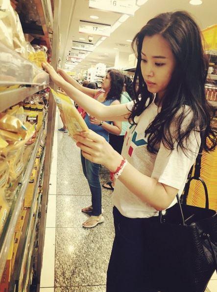 ►李荷妮 首爾大出身、與金泰希是大學同學的李荷妮,她曾經是YG練習生,差一點成為2NE1成員,但後來意外成為韓國小姐。照片中的李荷妮購買食材的模樣被韓國網友大讚好美,文字敘述說到買的食材要帶回去做料理,讓大家猜測她的料理實力一定很不錯!