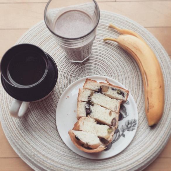 早餐蛋白質奶昔和麵包,水果和咖啡