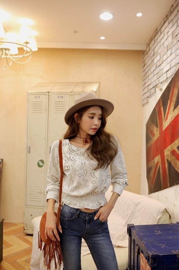 鏤空雕花朵設計的上衣很有異國風,搭配牛仔褲&帥帥的紳士帽就不會太過浪漫喲!