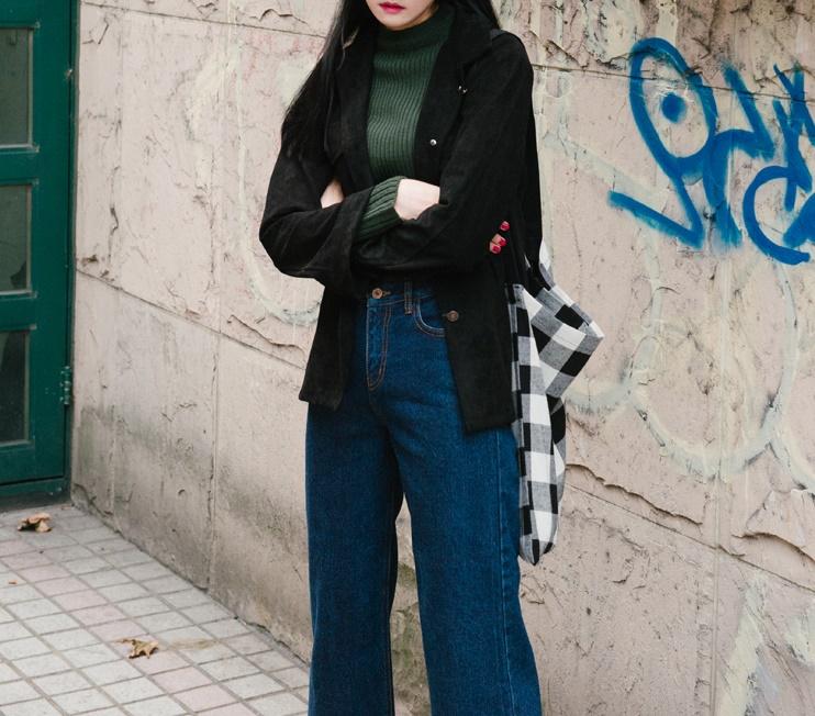 不太冷的時候把麂皮襯衫當作夾克搭配。高領衫+牛仔寬褲是最隨性的中性時髦。