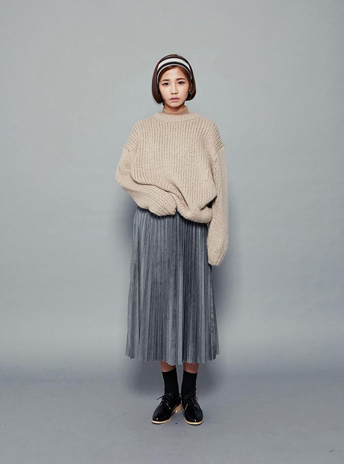 在韓國女生間也是熱門話題的百褶洋裝充滿女孩子氣。隱隱約約閃著光澤感的裙襬就是時尚感的關鍵。