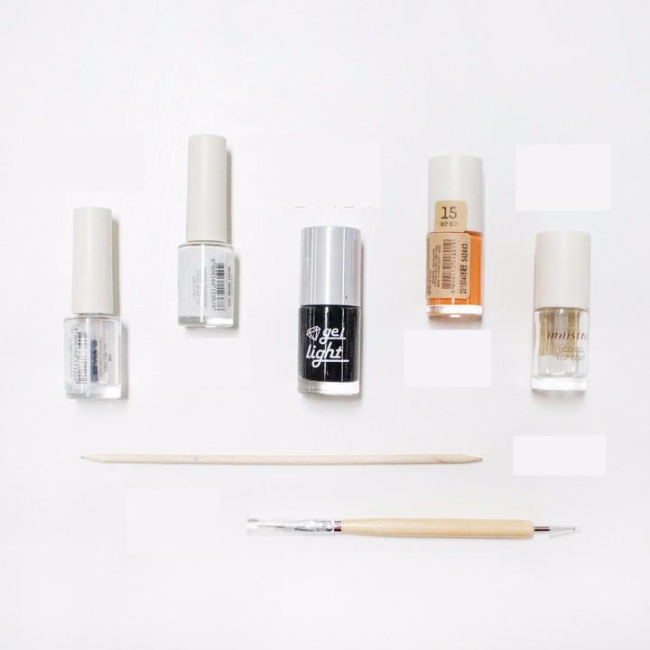 這就是今天要準備的東西 白色指甲油是雪人的臉, 黑色和橙色是眼、鼻子、嘴^0^