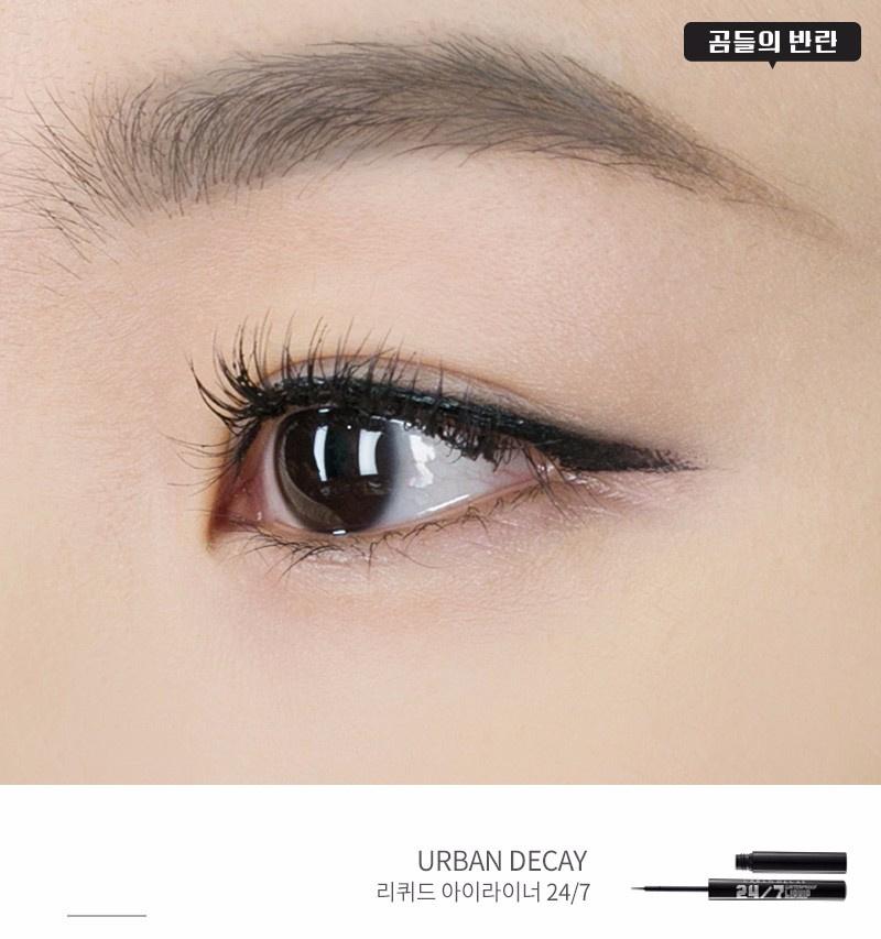 確定眼線的位置後,就用眼線液畫上內眼線及剛剛描繪好的眼線,讓眼線變得更鮮明 (在這一步完成後可以黏上自己喜歡的假睫毛)