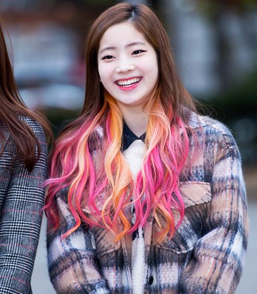 不僅是可愛的眼神,雖然是單眼皮依舊散發讓人心動的魅力 讓她成為媒體討論的焦點,現在在韓國如果說到雙眼皮的代表女生,一定會說到多賢呢!