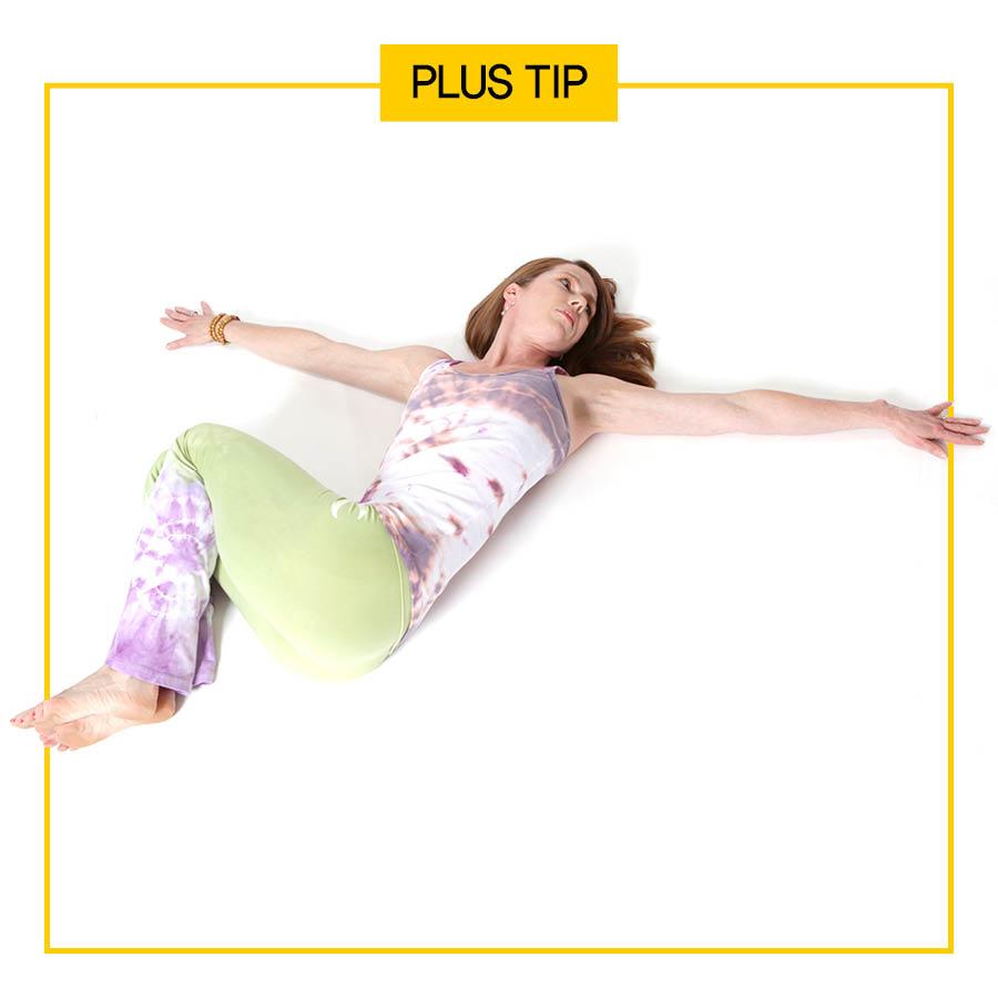 想要在墊子上、床上更容易緩解腹部不適,小編推薦方法: 雙手向兩邊伸直,雙腿併攏屈膝,向左右放下。這樣做比叉著腿做更容易!!