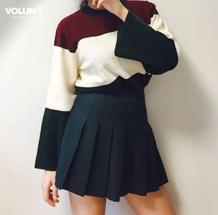 從夏季開始流行的網球裙搭配上寬袖的色塊上衣,是個很適合今年暖冬的搭配喔~