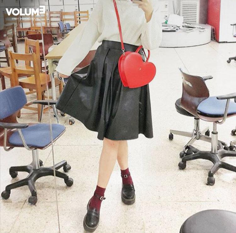 傘狀皮裙也可以搭配的這麼少女~ 黑色的娃娃皮鞋和酒紅色短襪,再加上一個愛心形狀的紅色小包包,簡單中又帶了很多小心機