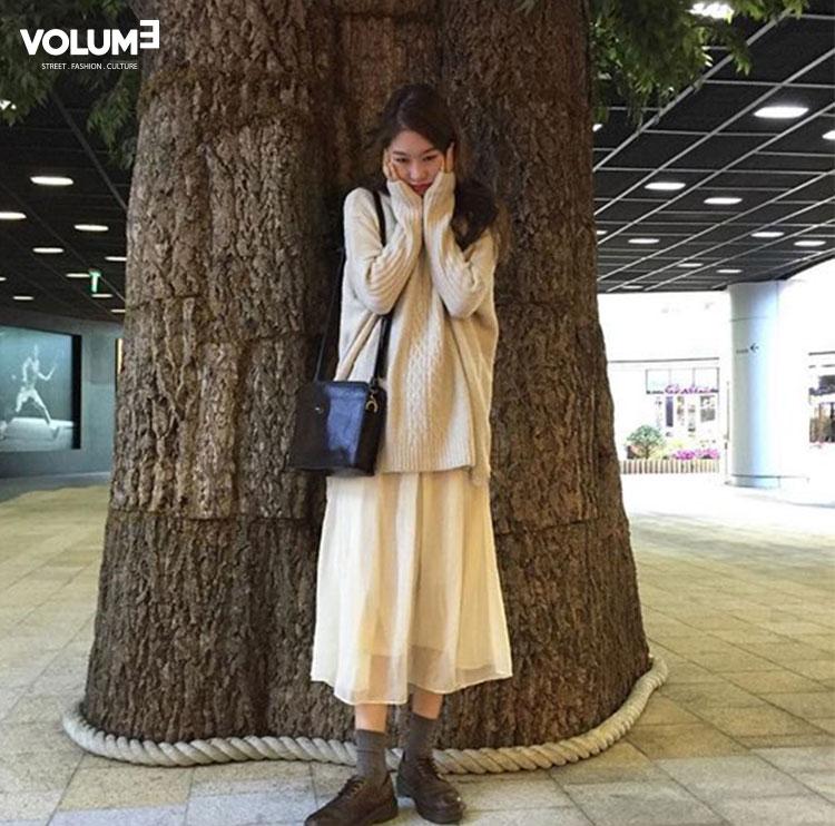 長板針織衫和雪紡長裙的搭配好浪漫喔~很適合喜歡森林系穿搭的女孩呢♡