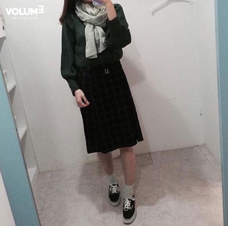 針織衫+及膝裙~ 同色系的搭配讓整體看起來更修長,深色則能顯瘦, 如果覺得太暗,像這樣搭上一個淺色的圍巾做點綴也不錯~