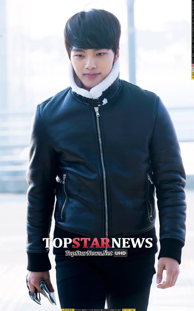 擁有迷人低沈嗓音的呂珍九這件高領的皮質夾克讓他增加了一些「冷都男」的感覺~