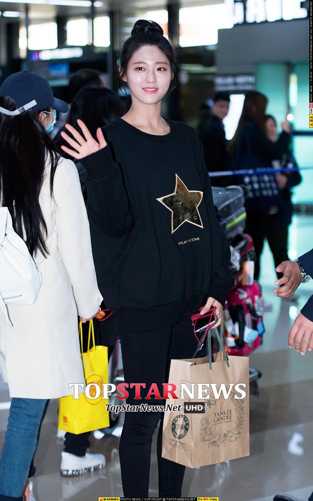 黑色大學T+黑色緊身褲+黑色包包頭(?) 雪炫這一身搭配很適合大學生呢~