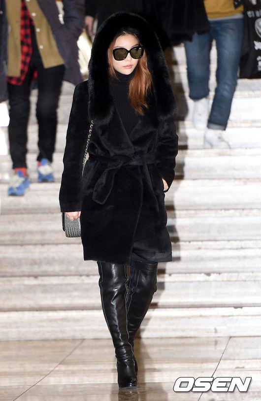 Ailee的毛皮連帽大衣和及膝的皮長靴,這一身黑貴氣十足~
