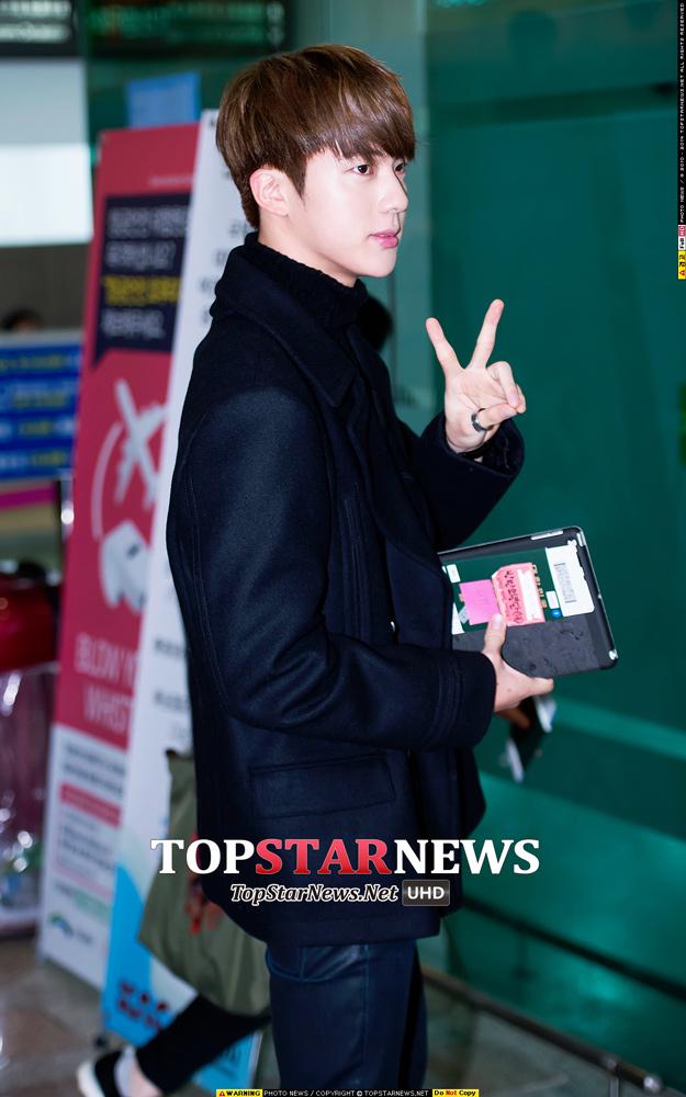 防彈這一整團是都酷愛全黑嗎? Jin這一身黑已經不是重點,看看那側臉...也太迷人了吧~