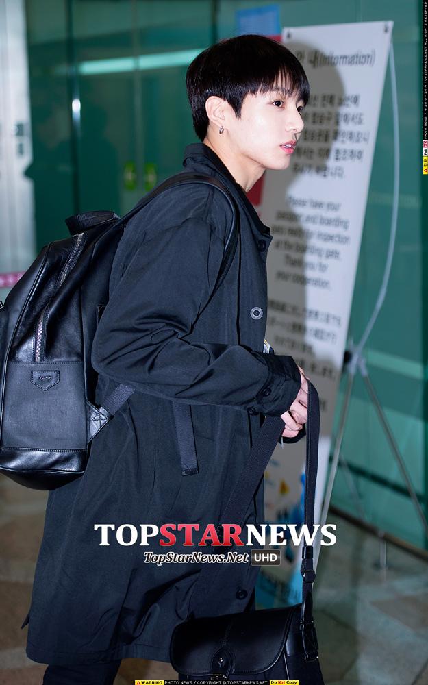 防彈少年團柾國的黑色風衣+黑色後背包, 再加上黑色的頭髮,小編已不自覺得把視線擺在那紅潤的櫻桃小唇上了...