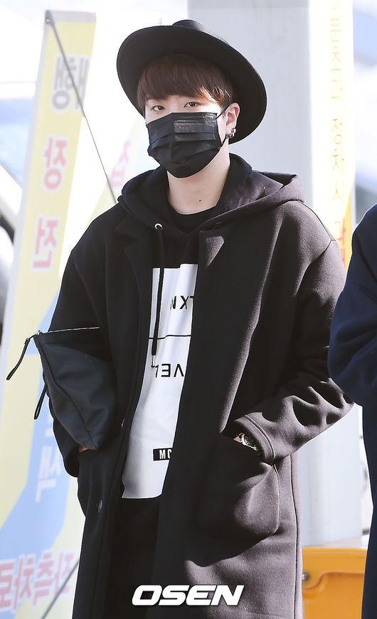 GOT7的榮宰黑色帽T+黑色大衣+黑色圓帽還不夠, 甚至連手拿包和口罩也要黑,真的堅持要黑到底耶~