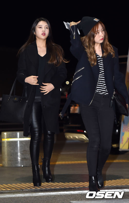 Red Velvet的Joy不走可愛風,這一身黑皮褲和長大衣讓她看起來更時髦、成熟~