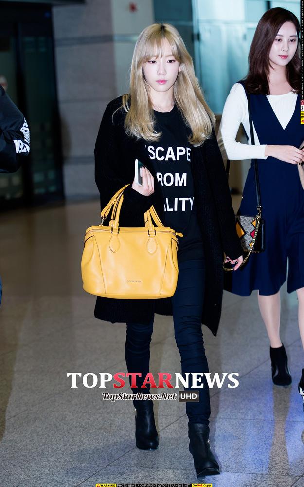太妍的全黑穿搭讓手上的黃色包包更加顯眼,感覺像在拍包包廣告一樣~