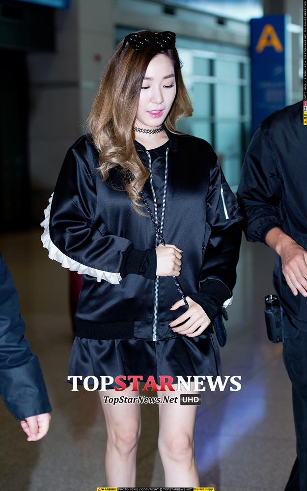 超愛粉色的Tiffany也有走全黑的一天啊~ 外套袖子上的白邊設計和短裙搭配起來讓ALL-BLACK也能很可愛 配上粉紅色的口紅也很適合!
