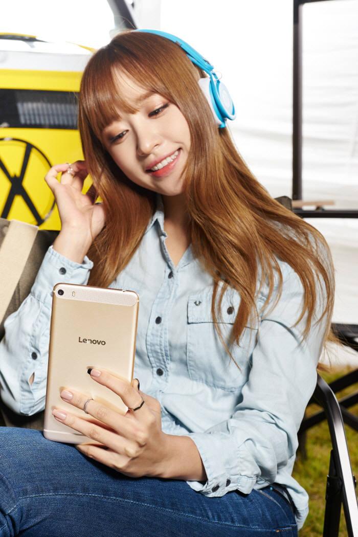 繼雪炫機之後,另一家手機品牌也不甘示弱 找來了哈妮代言