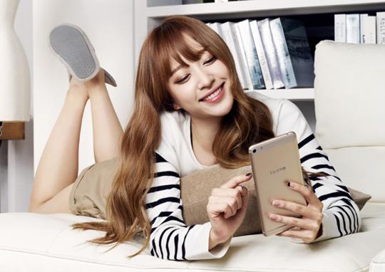 更厲害的是即使沒有影片廣告、也沒有性感熱舞 光是靠著平面海報,依舊讓手機在韓國賣得嚇嚇叫 「哈妮機」的名稱也就自然產生啦!