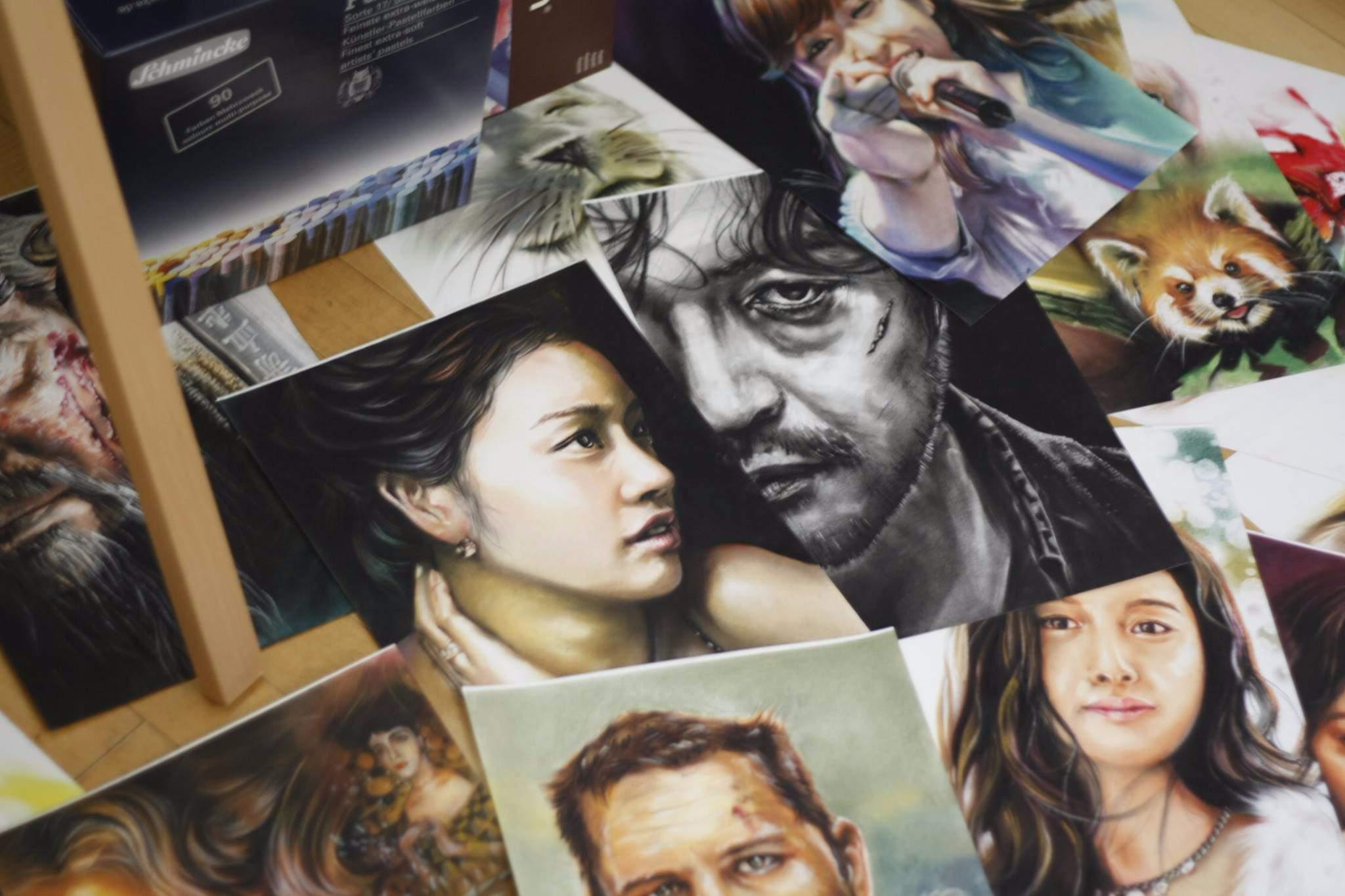 尤其是人物畫像,更不是普通地難啊!但韓國有一位自由網路畫家김정배金鎮培(音譯),他在網路上公開自己的作畫過程而受到歡迎,快來看看他的神奇作畫之旅吧!